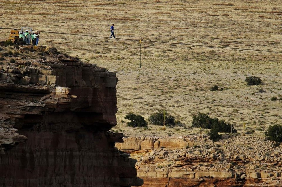 Büyük Kanyon'u ip üzerinde geçti