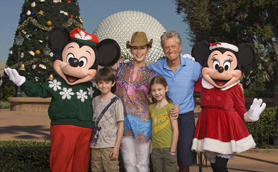 Douglas ailesi Disneyland'de, Kasım 2010.