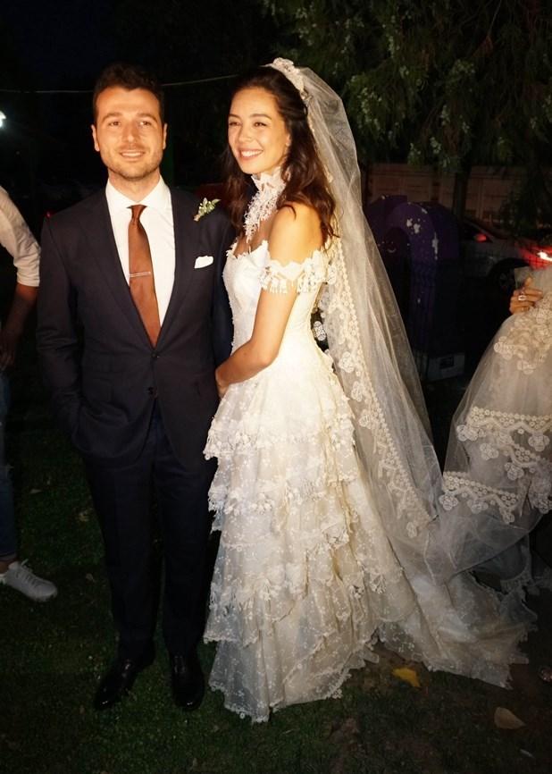 Azra Akın, Trakya'da düzenlenen kır düğünüyle Atakan Koru ile evlendi.