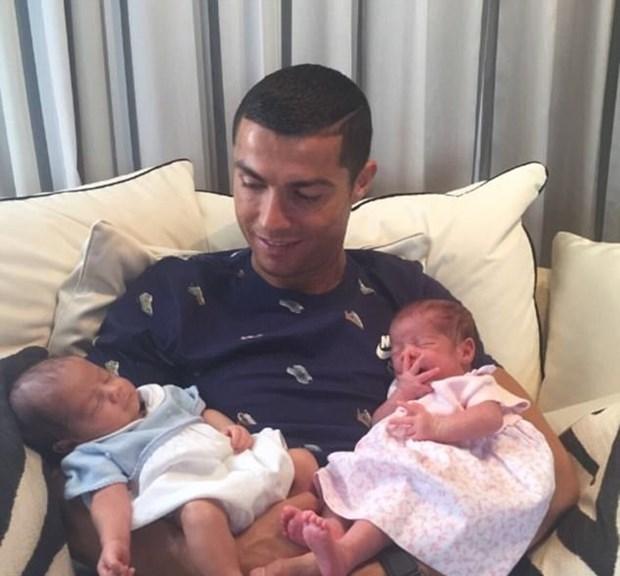 ronaldonun yeni doğmuş ikizleri ile ilgili görsel sonucu