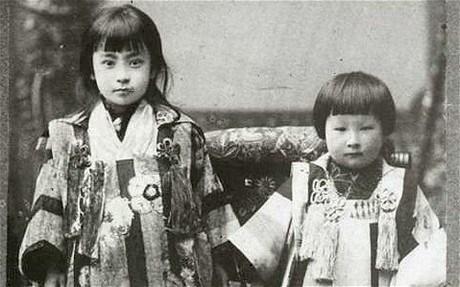 1900 yılından kalma bir fotoğraf. Okawa (sağda) kardeşi ile birlikte objektife poz veriyor.