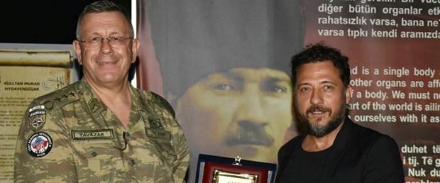 ediz-hun-cagan-irmak-ve-yigit-ozsenerden-kosovada-gorevli-turk-askerine-ziyaret_4913_dhaphoto3.jpg