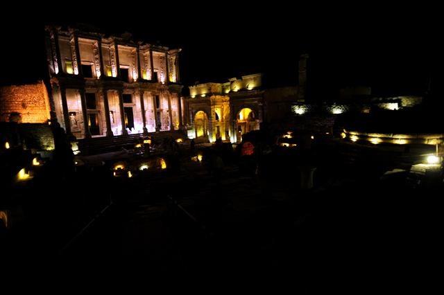 Efes gece uyumuyor