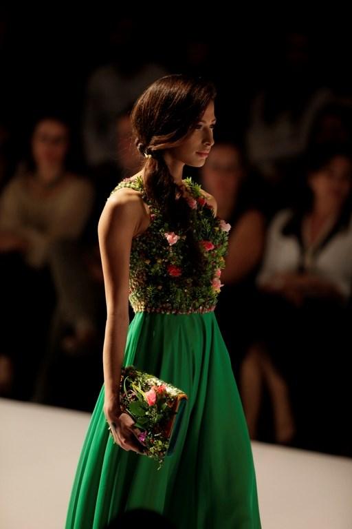 Elbiselerde çimenler arasından çiçekler fışkıracak