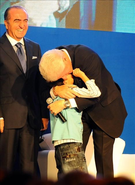 Erkan bebek yine Clinton'ın burnunu sıktı