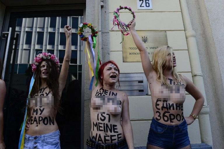 FEMEN yine soyundu