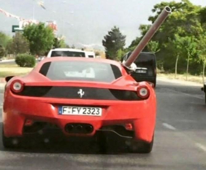 Frankfurt plakalı kırmızı Ferrari'nın bu fotoğrafı sosyal medyada gündem yarattı...