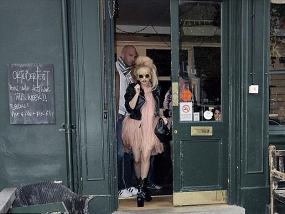 Gaga sessizce biralarını yudumlayan Westbourne'lu bar müdavimlerinin dikkatini dağıttı