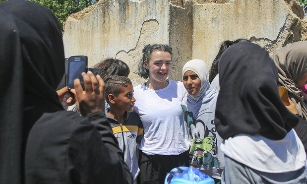 Dizide Arya Stark'ı canlandıranMaisie Williams, mültecilerin hikayelerini dinledi ve onlarla fotoğraf çektirdi.