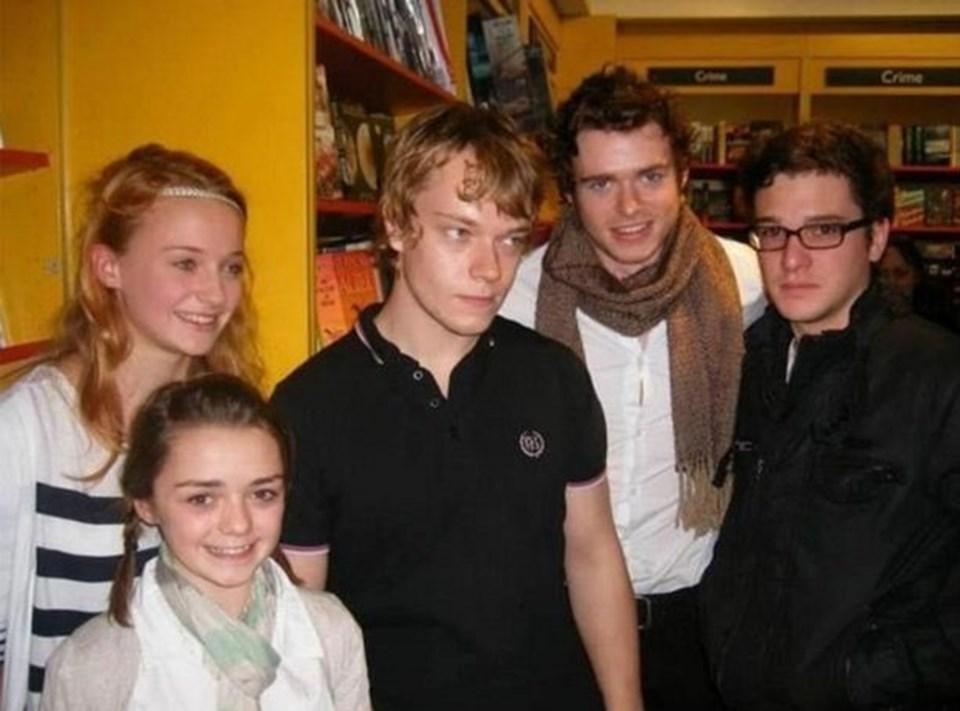Soldan sağa: Sophie Turner (Sansa),Maisie Williams (Arya),Alfie Allen (Theon Greyjoy), Richard Madden (Robb Stark), Kit Harrington (Jon Snow).