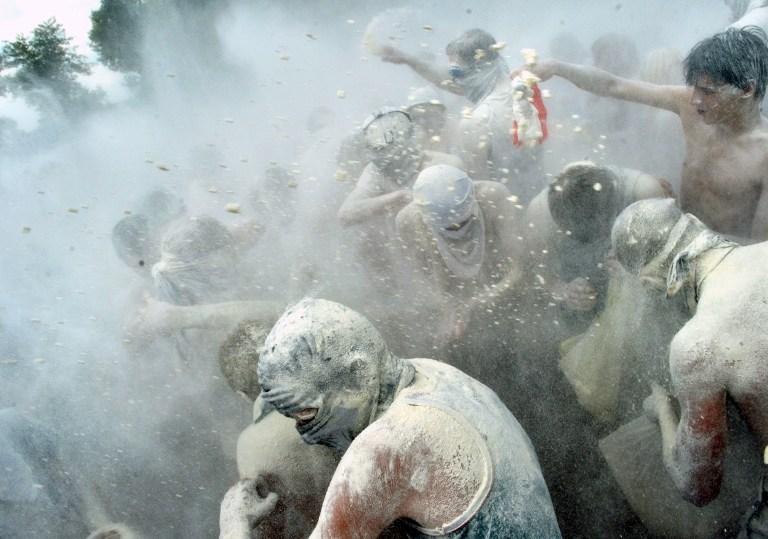 Gaz maskesini eğlenmek için takıyorlar