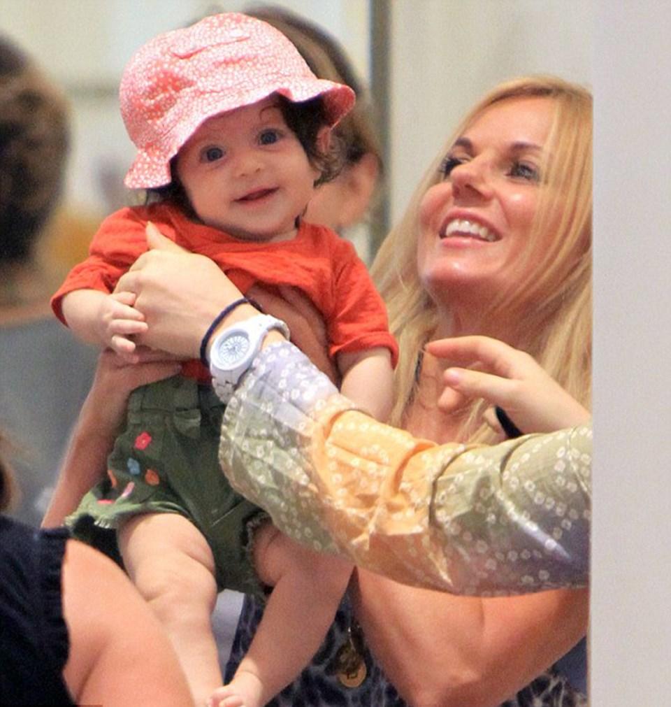 Halliwell hayranlarından birinin güzel bebeği ile poz verdi