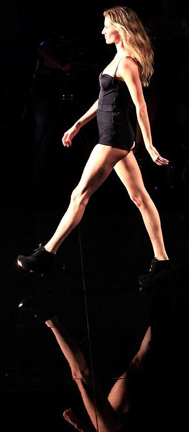 Gisele yürüdü, Demi Moore izledi
