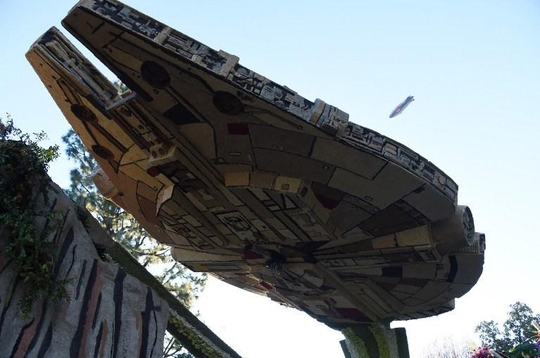 Yıldız Savaşlar filminde Han Solo'nun kullandığı uzay aracı 'Millennium Falcon'un bir maketi.