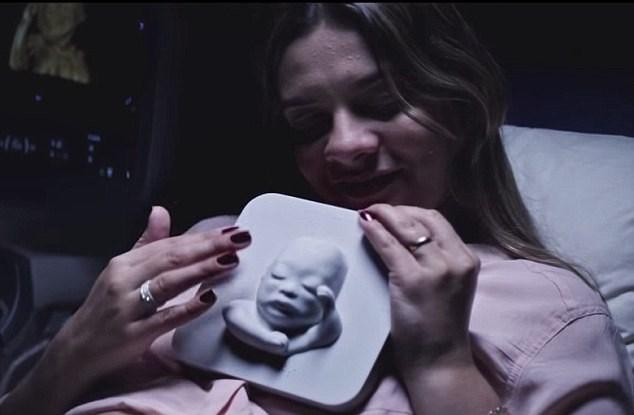 Doğmamış oğlunu elleri yardımıyla gören kadın, gözyaşlarına engel olamadı.