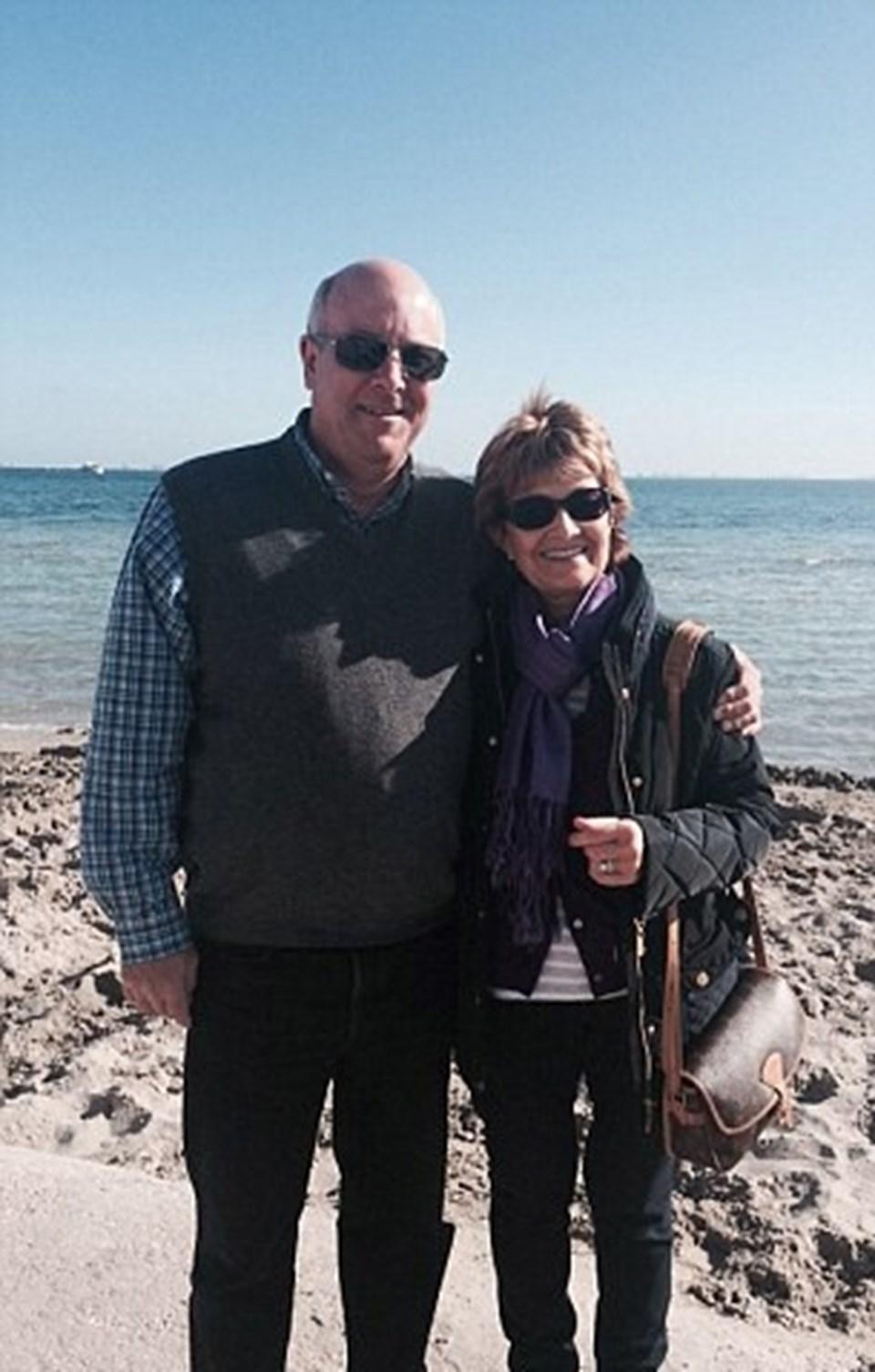 Christopher and Julie Nairn çifti,Katrina Smith ve Alan Lane'e evlerini açtı.