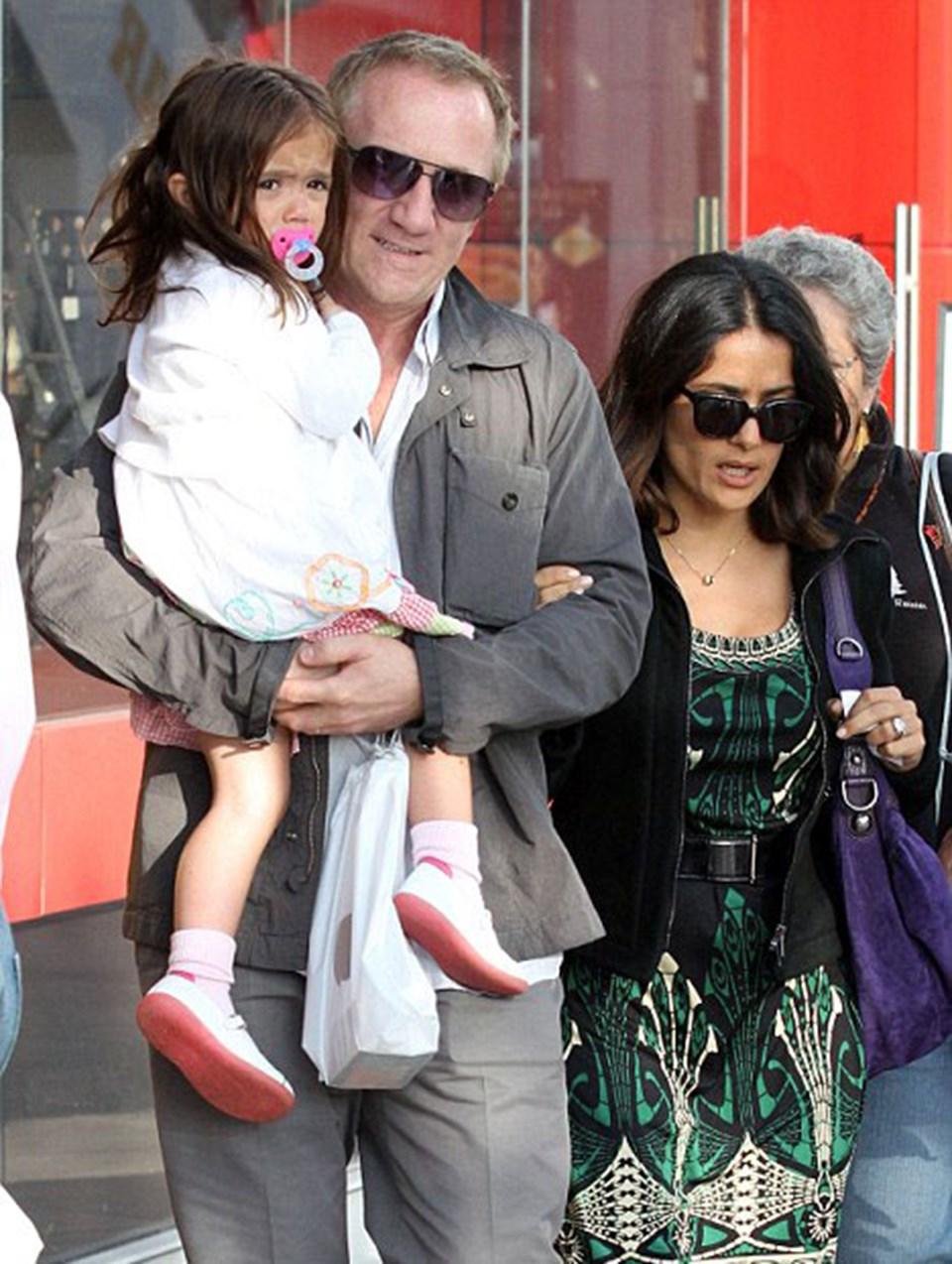 Salma Hayek kocası Fransız milyarder Francois-Henri Pinault ve 3 yaşındakikızı Valentina ile beraber