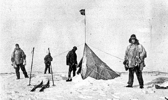 (Soldan sağa) Robert Falcon Scott, Oates, Doktor Edward Wilson & Teğmen Evans, Raold Amundsen'in çadırını bulunca. Norveçli kaşif Güney Kutbu'na onlardan 34 gün önce gelmişti.