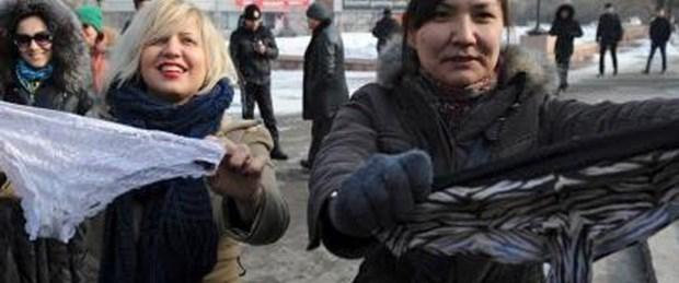 Kadınlardan iç çamaşırı protestosu