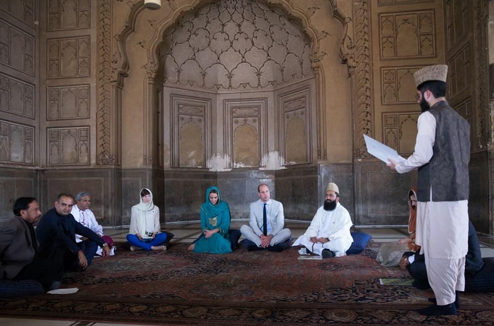 Kate Middleton, Prens William, Kraliyet Ailesi, Pakistan, cami ziyareti, Kur'an, başörtüsü