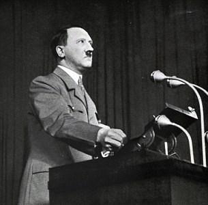 Hitler'in30 Nisan 1945'te sığınağında intihar etmesinin ardından koşulsuz teslim olan Nazi hükümeti, savaş boyunca milyonlarca kişinin değerli eşyalarına el koymuş, bu malların büyük bir bölümü bulunamamıştı.