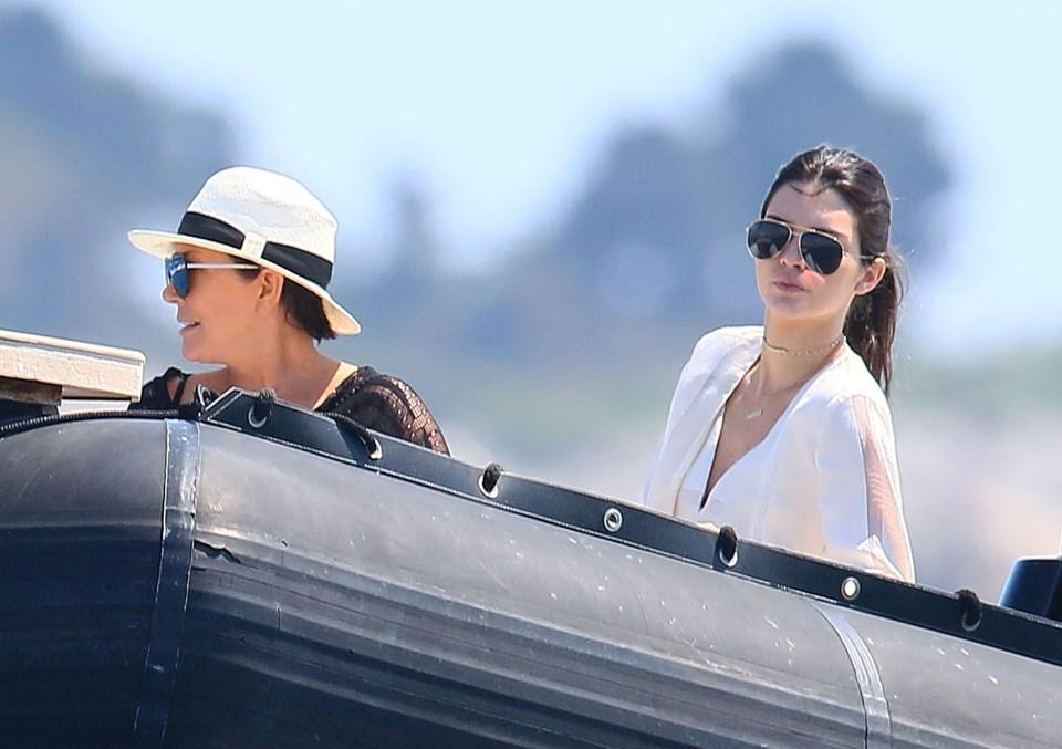Kendall Jenner ve annesi Kris Jenner geçtiğimiz günlerde Abramoviç'in mega yatı Eclipse'i ziyaret etti.