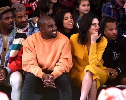 Kendall Jenner, ablası Kim Kardashian'ın eşi Kanye West ile defile izledi.