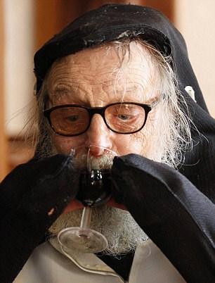 Hayatta penguenler dışında keyif aldığı bir şey daha var; kırmızı şarap...