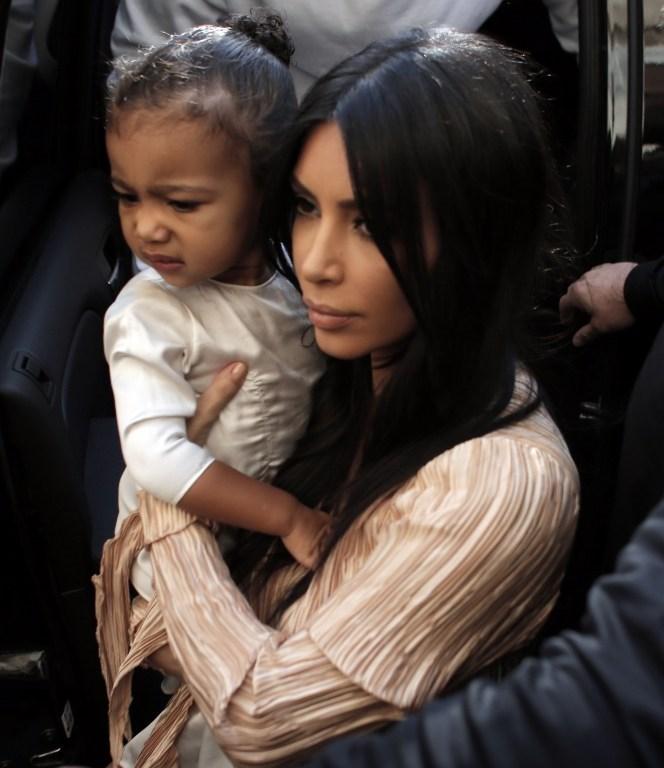 Kim Kardashian, kızı North ile.