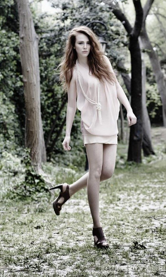 Elçin Sangu dizide sıcakkanlı bir genç kadın
