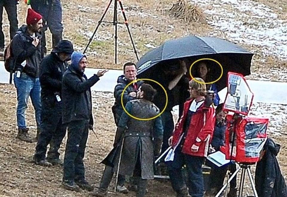 Dizinin yeni sezon çekimlerinin yapıldığı setinden sızan görüntülerde ünlü oyuncu Kit Harington ve Jon Snow'u dirilteceğine inanılan Lady Melisandre karakteri aynı karede görünmüştü.
