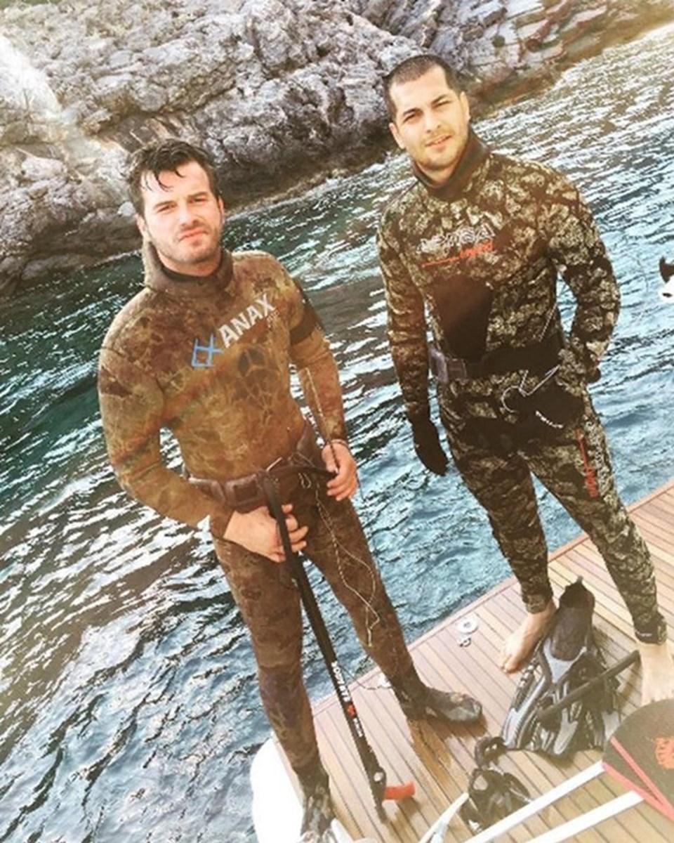 Tatlıtuğ, Bodrum tatili sırasında oyuncu meslektaşı Çağatay Ulusoy ile birlikte zıpkınla ava çıktımıştı.