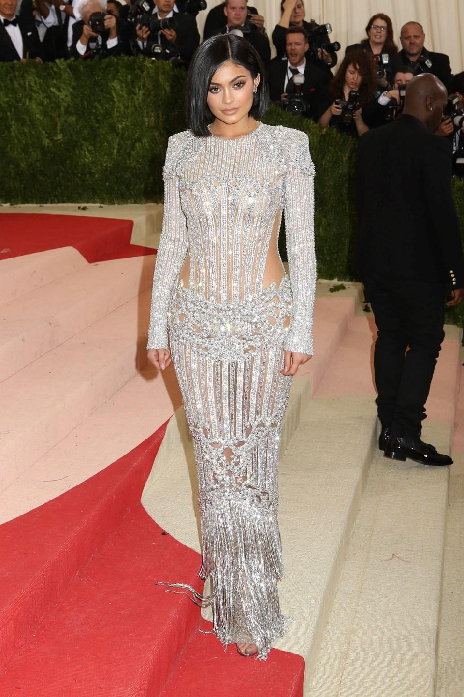 Kylie Jenner, Met Gala 2016'ya Balmain imzalı metalik bir elbise ve Aquazzura ayakkabıylarıyla katılarak dikkatleri üzerine çekmişti.