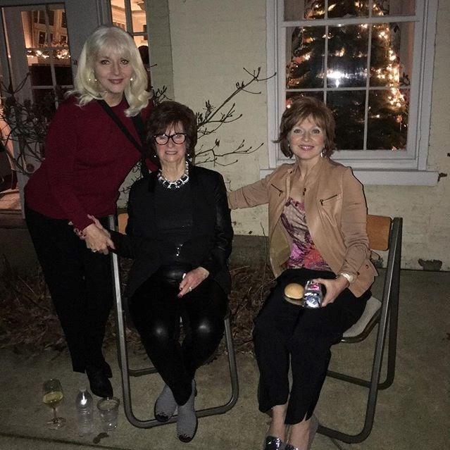 Layd Gaga'nın anneannesi Ronnie (ortada) ve teyzesi Sheri (sağda)