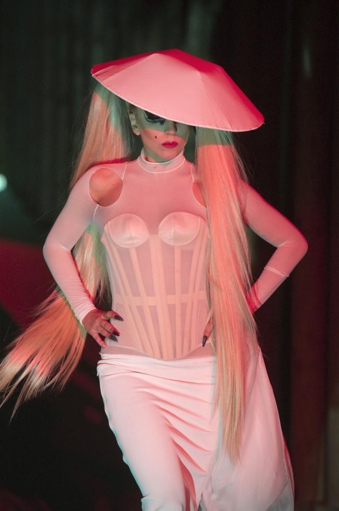 Lady Gaga podyumda