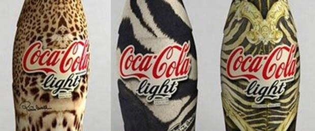Light Cola şişeleri Cavalli'ler içinde