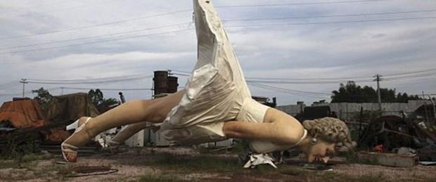 Marilyn Monroe heykelini çöpe attılar
