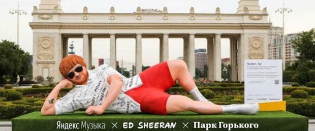 Moskova'ya 5 metrelik Ed Sheeran heykeli dikildi