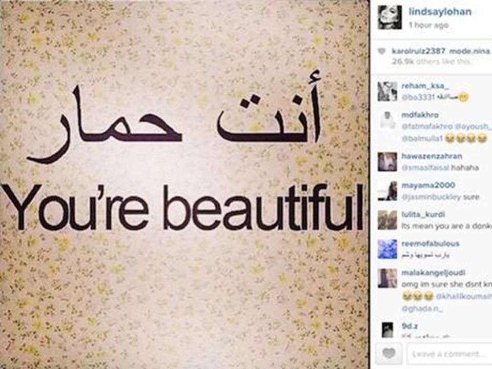 Lohan geçtiğimiz günlerde kişisel Instagram hesabından Arapça bir paylaşımda bulunmuş, yaptığı ufak bir hata sonucu argo bir cümle haline dönüşen paylaşım nedeniyle genç yıldızsosyal medyada ti'ye alınmıştı.