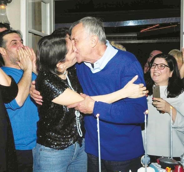 Alabora, pasta kesiminden sonra eşi Banu Zeytinoğlu'nu üç kez öptü.