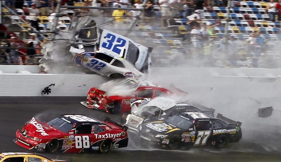 NASCAR'da 10 araç birbirine girdi