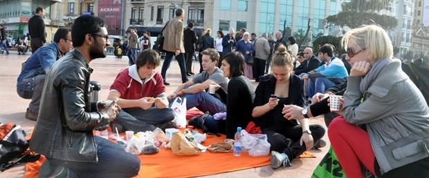 Okul projesi için Taksim'de piknik yaptılar