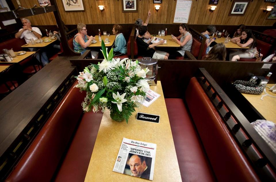 Sopranos dizisi bir dondurma dükkanında sona eriyordu. Şimdi o masada James Gandolfini anılıyor.
