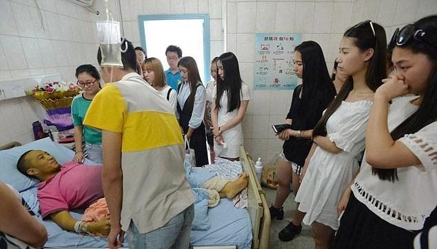 Shengping'in son dileğini yerine getiren öğrenciler, ders sırasında gözyaşlarına engel olmadı.