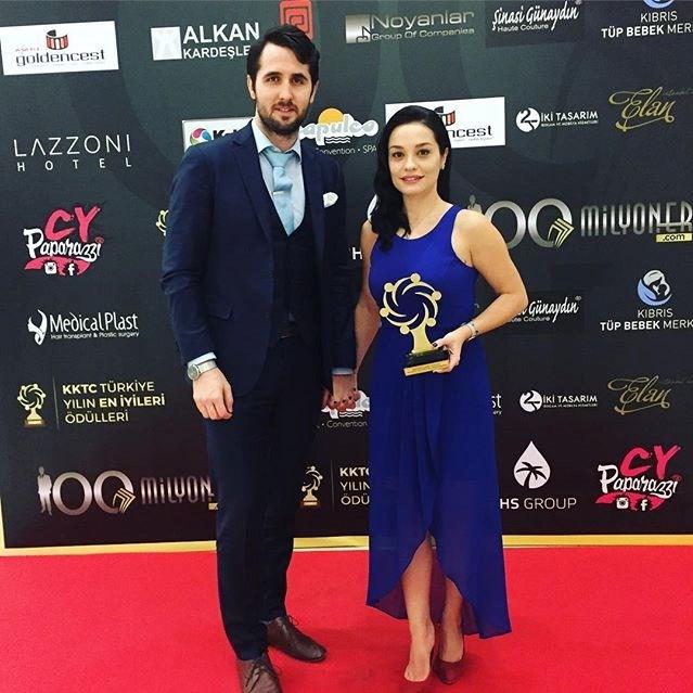 """Varley, KKTC ve Türkiye Yılın En İyileri Ödülleri'nde """"En İyi Yardımcı Kadın Oyuncu"""" ödülüne layık görüldü."""
