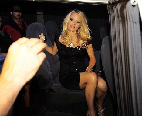 Daha erken saatlerde aracı küçük bir kaza yapınca Pamela Anderson otomobil değiştirmek zorunda kaldı