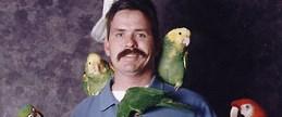Papağanları sayesinde konuşmayı öğrendi