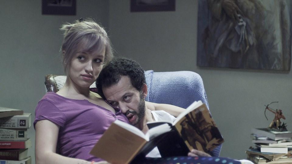 Filmde Murat; evden çıkmayan ve sürekli belgesel izleyen bir karakterdi.