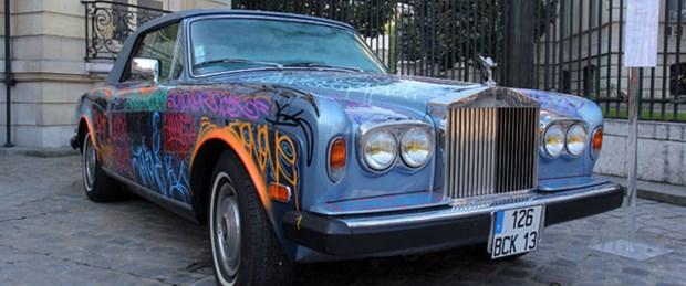 'Rolls Royce'unu evsizlere bağışladı