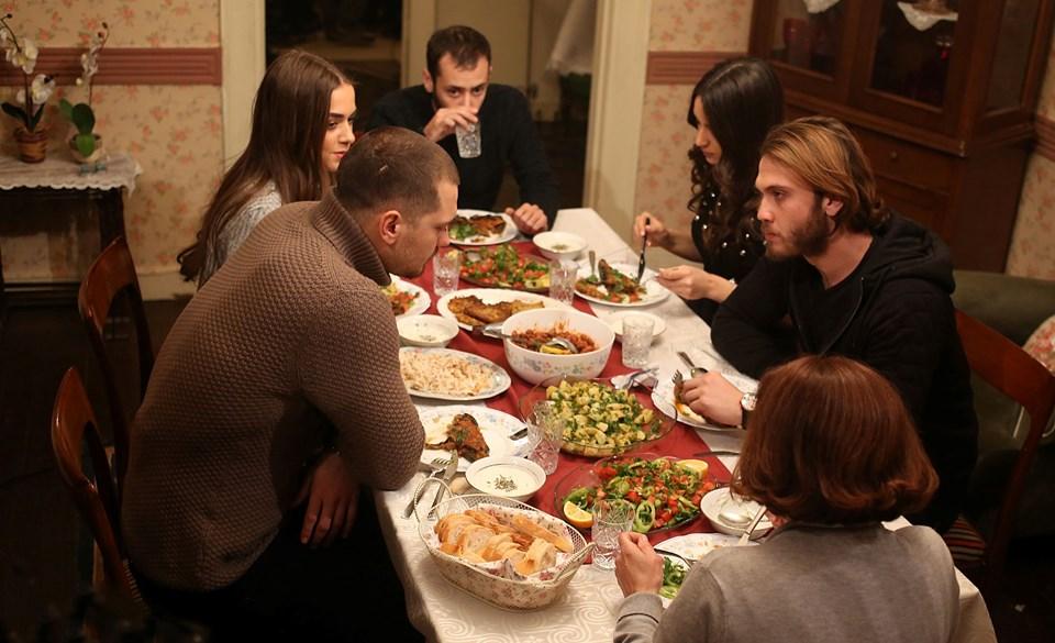 Sarp ve Mert, Füsun annenin davet ettiği akşam yemeğinde bir araya gelecek.
